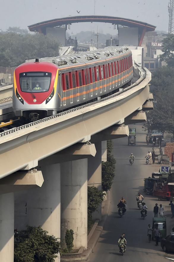 Dân Pakistan lần đầu được đi metro do Trung Quốc xây dựng - Ảnh 4.
