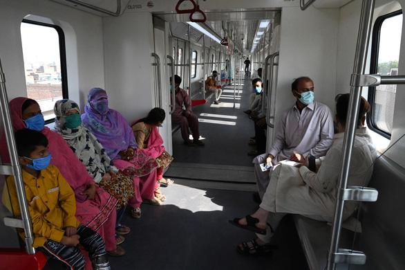 Dân Pakistan lần đầu được đi metro do Trung Quốc xây dựng - Ảnh 5.