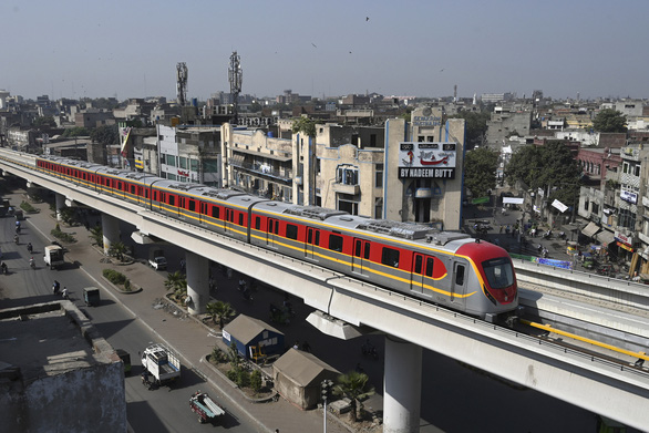 Dân Pakistan lần đầu được đi metro do Trung Quốc xây dựng - Ảnh 1.