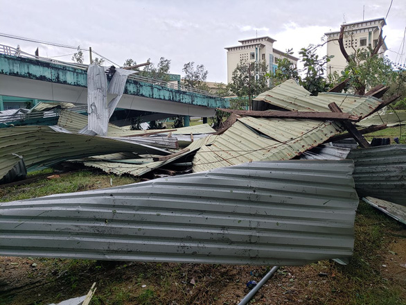 Bệnh viện Đa khoa Quảng Nam bị tốc mái, di dời gần 50 bệnh nhân - Ảnh 2.