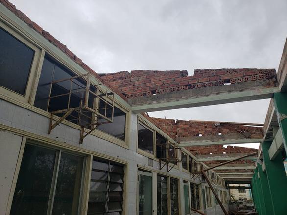 Bệnh viện Đa khoa Quảng Nam bị tốc mái, di dời gần 50 bệnh nhân - Ảnh 4.