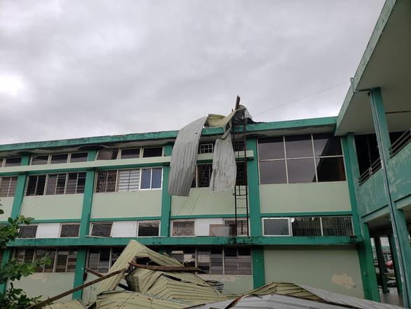 Bệnh viện Đa khoa Quảng Nam bị tốc mái, di dời gần 50 bệnh nhân - Ảnh 1.