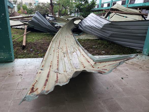 Bệnh viện Đa khoa Quảng Nam bị tốc mái, di dời gần 50 bệnh nhân - Ảnh 3.