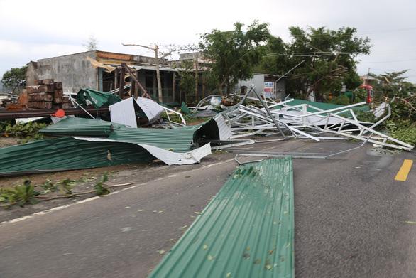 1 người chết, 56.000 nhà dân bay nóc sau bão số 9 - Ảnh 1.