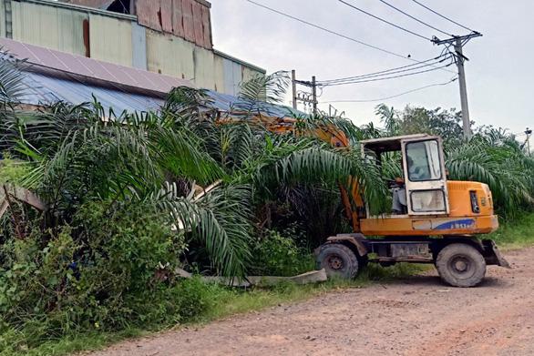 Cưỡng chế, tháo dỡ công trình vi phạm trong cụm công nghiệp Phước Tân - Ảnh 1.