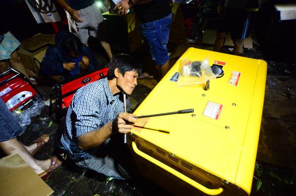 Người dân Quảng Ngãi xếp hàng mua đèn cầy, máy phát điện - Ảnh 2.