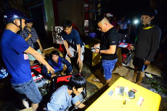 Người dân Quảng Ngãi xếp hàng mua đèn cầy, máy phát điện - Ảnh 1.