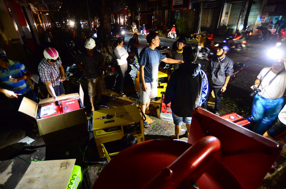 Người dân Quảng Ngãi xếp hàng mua đèn cầy, máy phát điện - Ảnh 8.