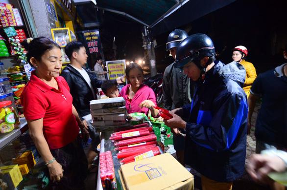 Người dân Quảng Ngãi xếp hàng mua đèn cầy, máy phát điện - Ảnh 4.