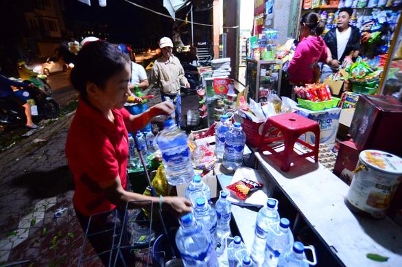 Người dân Quảng Ngãi xếp hàng mua đèn cầy, máy phát điện - Ảnh 5.
