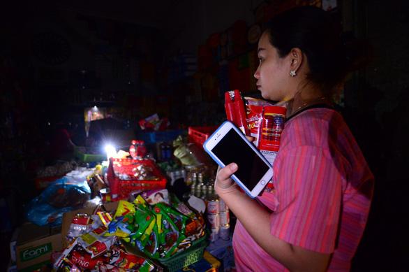 Người dân Quảng Ngãi xếp hàng mua đèn cầy, máy phát điện - Ảnh 7.