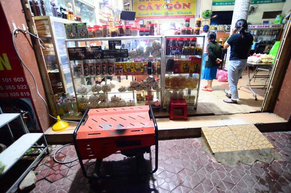 Người dân Quảng Ngãi xếp hàng mua đèn cầy, máy phát điện - Ảnh 3.