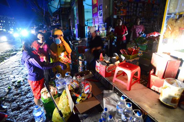Người dân Quảng Ngãi xếp hàng mua đèn cầy, máy phát điện - Ảnh 6.