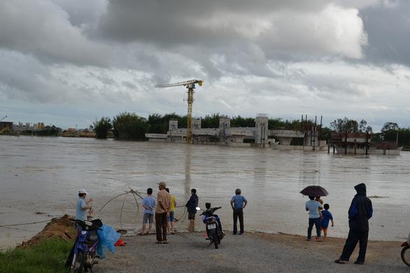 Sau hứng bão, dân Quảng Ngãi tiếp tục chống lũ - Ảnh 1.