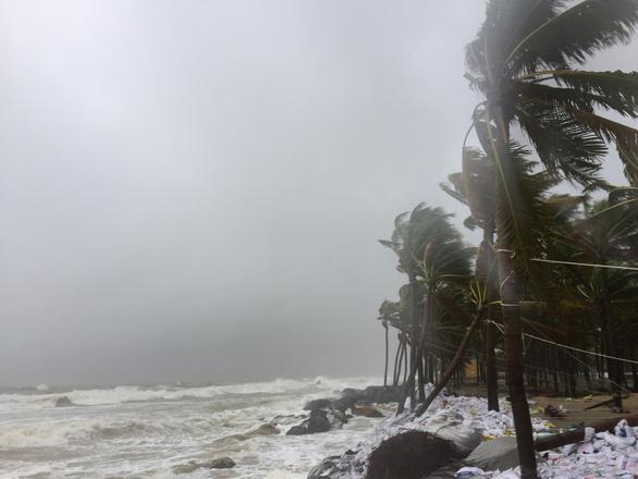 Dân Hội An vào trú bão trong… villa, resort: Cứ ở thoải mái, bão tan biển yên hẵng về - Ảnh 2.