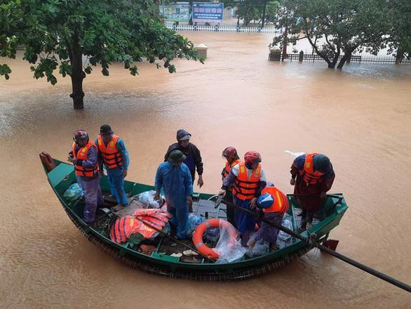 Khen thưởng đội thuyền của ngư dân vùng biển Ngư Thủy cứu dân vùng ruộng trong lũ lụt ở Quảng Bình - Ảnh 1.