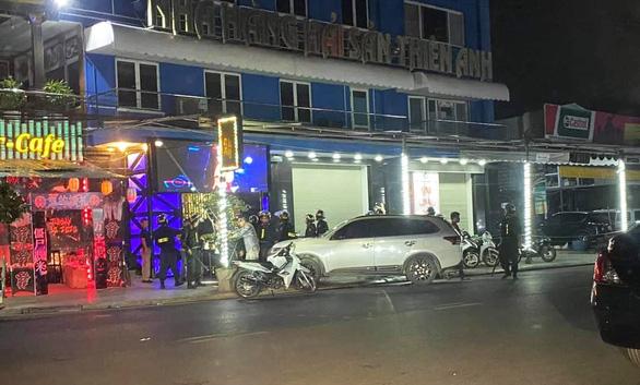 Đột kích bar New Square, tạm giữ gần 100 người nghi chơi ma túy - Ảnh 1.