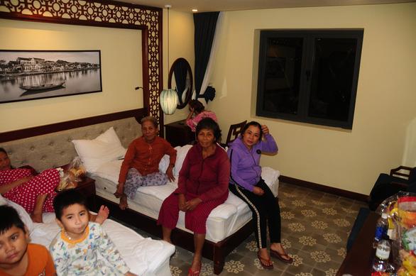Dân Hội An vào trú bão trong… villa, resort: Cứ ở thoải mái, bão tan biển yên hẵng về - Ảnh 1.
