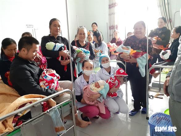 Bộ Y tế khen bệnh viện huyện đỡ đẻ 20 thai phụ trong mưa lũ - Ảnh 1.