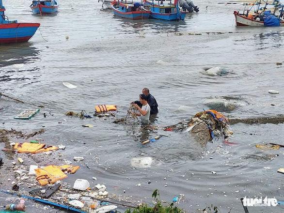 Lý Sơn tan hoang nhà cửa, hàng loạt tàu thuyền bị đánh chìm - Ảnh 1.