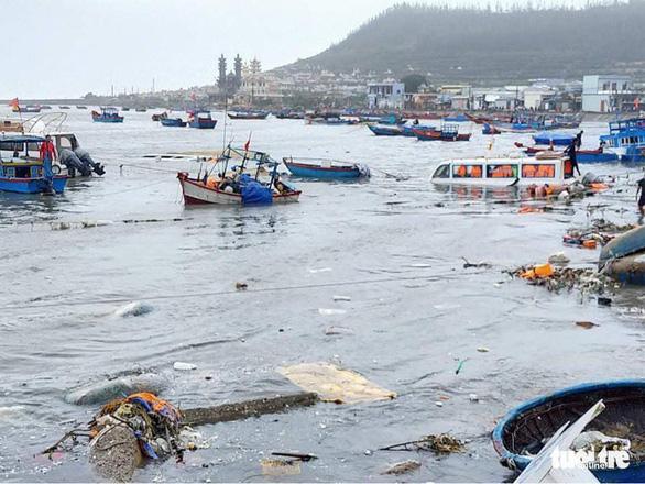 Lý Sơn tan hoang nhà cửa, hàng loạt tàu thuyền bị đánh chìm - Ảnh 2.