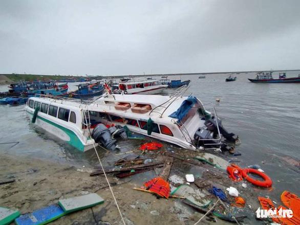 Lý Sơn tan hoang nhà cửa, hàng loạt tàu thuyền bị đánh chìm - Ảnh 3.