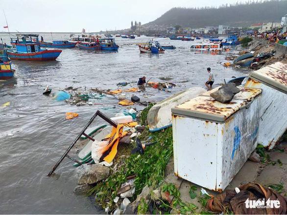 Lý Sơn tan hoang nhà cửa, hàng loạt tàu thuyền bị đánh chìm - Ảnh 5.