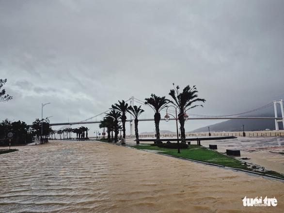 Chùm ảnh bão số 9 và hoàn lưu bão quần thảo ở Đà Nẵng - Ảnh 4.