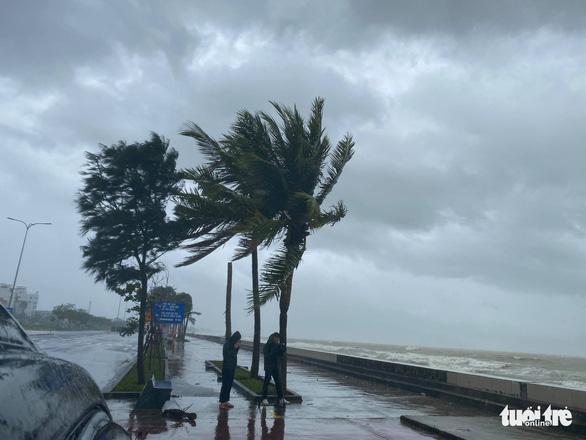 Chùm ảnh bão số 9 và hoàn lưu bão quần thảo ở Đà Nẵng - Ảnh 3.