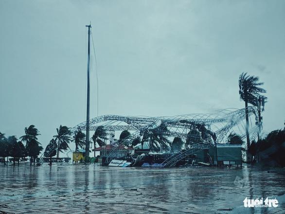 Chùm ảnh bão số 9 và hoàn lưu bão quần thảo ở Đà Nẵng - Ảnh 1.