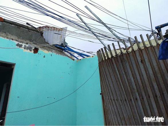Lý Sơn tan hoang nhà cửa, hàng loạt tàu thuyền bị đánh chìm - Ảnh 7.