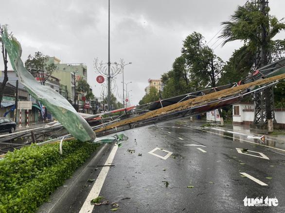 Bão vô Quảng Ngãi: Cổng chào bằng thép, cây xanh ngã đổ - Ảnh 7.