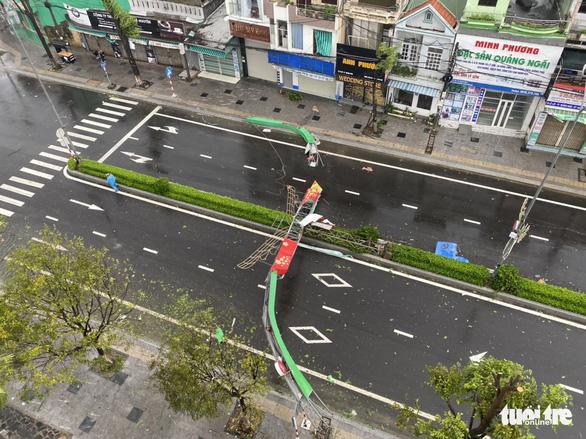 Bão vô Quảng Ngãi: Cổng chào bằng thép, cây xanh ngã đổ - Ảnh 6.