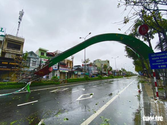 Bão vô Quảng Ngãi: Cổng chào bằng thép, cây xanh ngã đổ - Ảnh 8.