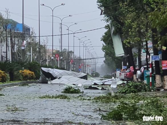 Bão vô Quảng Ngãi: Cổng chào bằng thép, cây xanh ngã đổ - Ảnh 1.