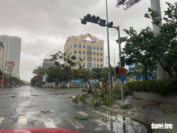 Chùm ảnh bão số 9 và hoàn lưu bão quần thảo ở Đà Nẵng - Ảnh 6.