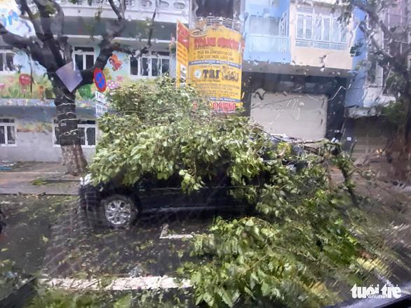 Chùm ảnh bão số 9 và hoàn lưu bão quần thảo ở Đà Nẵng - Ảnh 7.