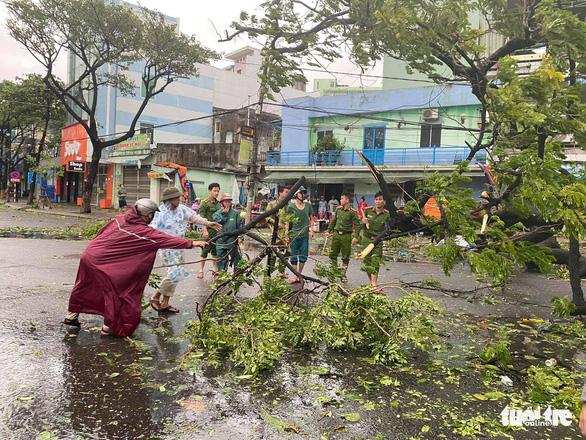 Chùm ảnh bão số 9 và hoàn lưu bão quần thảo ở Đà Nẵng - Ảnh 11.