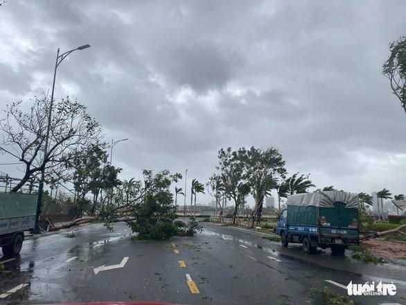 Chùm ảnh bão số 9 và hoàn lưu bão quần thảo ở Đà Nẵng - Ảnh 9.