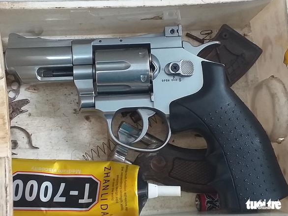 Bắt thanh niên tàng trữ ma túy, lộ ra cả kho súng đạn - Ảnh 2.
