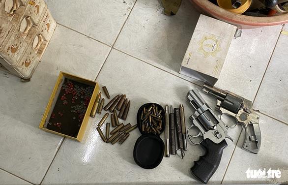 Bắt thanh niên tàng trữ ma túy, lộ ra cả kho súng đạn - Ảnh 1.