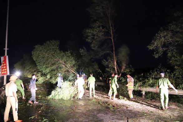 Sau bão, quốc lộ 1 qua Quảng Nam ngổn ngang cây cối - Ảnh 1.
