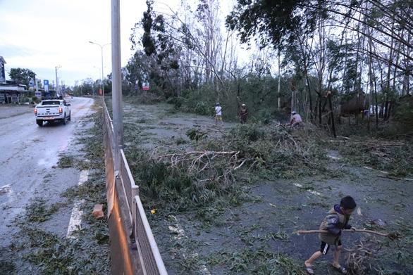 Sau bão, quốc lộ 1 qua Quảng Nam ngổn ngang cây cối - Ảnh 2.