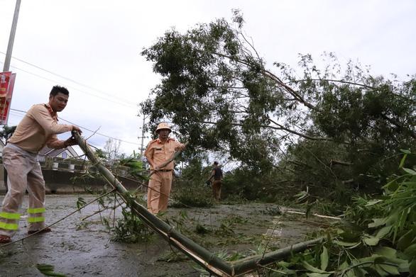 Sau bão, quốc lộ 1 qua Quảng Nam ngổn ngang cây cối - Ảnh 3.