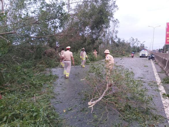 Sau bão, quốc lộ 1 qua Quảng Nam ngổn ngang cây cối - Ảnh 5.