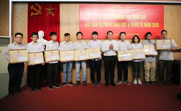 Giám đốc ĐH Quốc gia tặng bằng khen cho 10 học sinh đoạt giải quốc tế - Ảnh 1.
