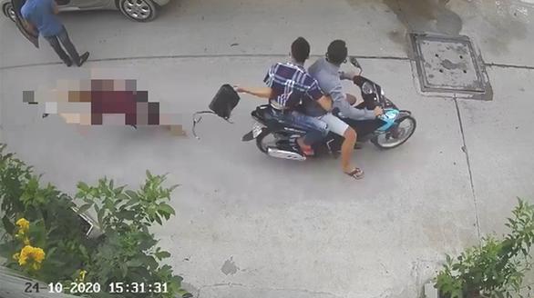 Bắt 2 nghi phạm cướp túi xách khiến người phụ nữ đập đầu xuống đường - Ảnh 1.