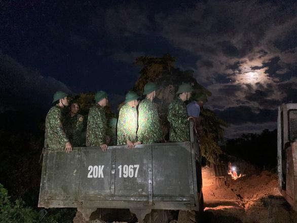 Vụ lở núi ở Phước Sơn: Đã tìm thấy 5 thi thể, bộ đội tạm dừng đến hiện trường - Ảnh 1.