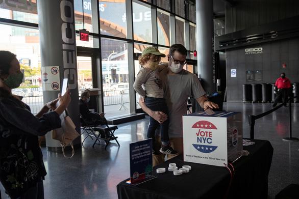 Không còn kịp bầu qua đường bưu điện, người Mỹ được kêu gọi tự đi bỏ phiếu - Ảnh 2.