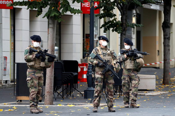 Pháp nâng báo động khủng bố lên cao nhất sau vụ chặt đầu tại Nice - Ảnh 1.